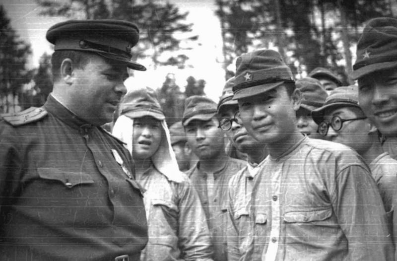 Полковник РККА с капитулировавшими солдатами 88-й японской дивизии в районе Котона. Август, 1945 г.