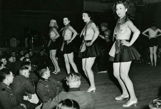 Стриптиз для солдат Вермахта в одном из парижских ночных клубов.