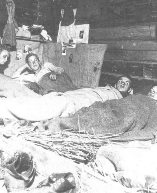 Немецкие солдаты в крестьянской избе. Централь¬ный фронт, 1943 г.