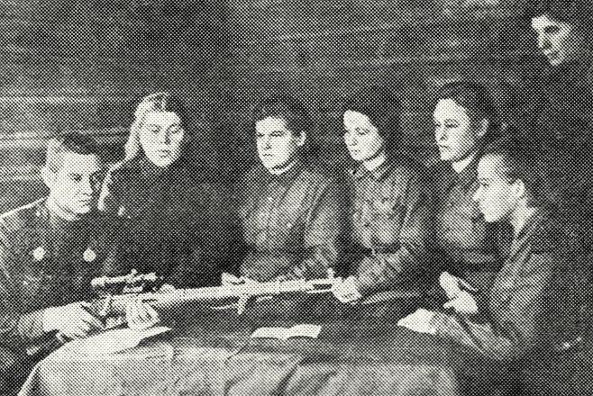 Старший сержант А.Трусов проводит занятия. 1942 г.