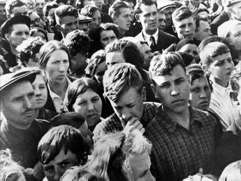 Москвичи слушают выступление В. Молотова по радио о нападении Германии. 22 июня 1941 г.