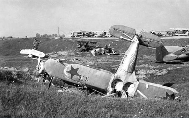 Разбомбленный военный аэродром. 28 июня 1941 г.