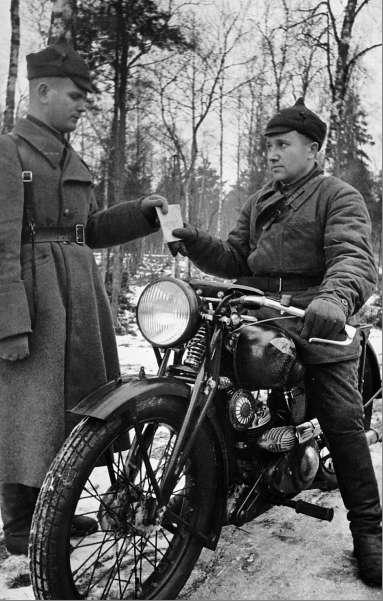 Передача донесения мотоциклистом. Карельский перешеек.1940 г.