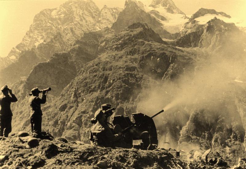 Горные стрелки ведут огонь по крепости.
