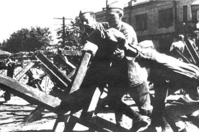 Установка противотанковых ежей возле гастронома на пересечении Брест-Литовского проспекта и 2-го Дачного переулка. Июль, 1941 г.