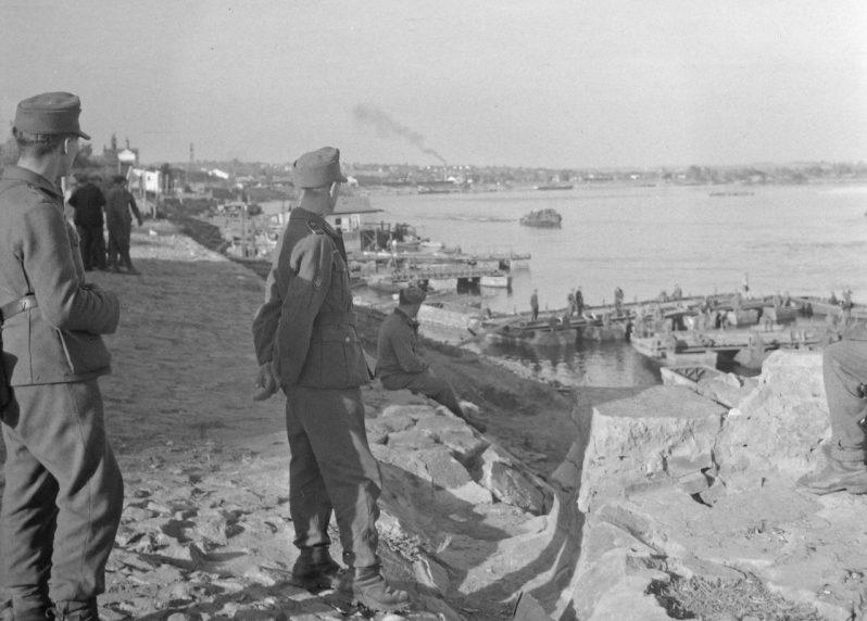 Набережная Днепра перед Трухановым островом. 1942 г.