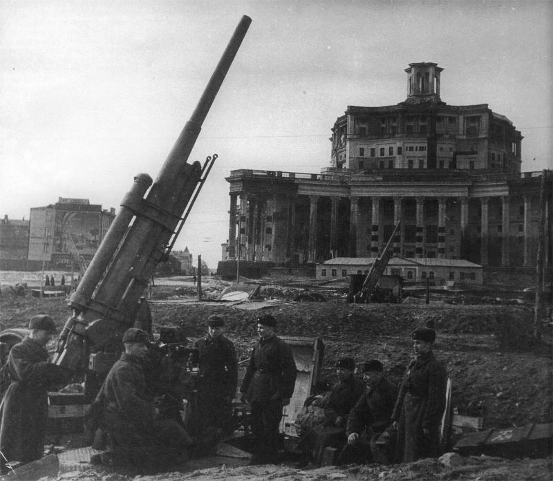 Батарея 76,2-мм зенитных пушек 3-К перед театром Красной Армии. Октябрь, 1941 г.