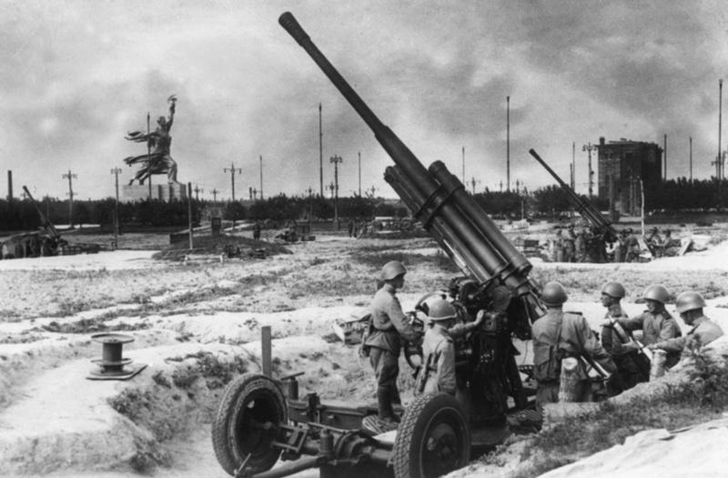 Батарея 85-мм зенитных орудий 52-К на площади Всесоюзной сельскохозяйственной выставки. Зима, 1943 г.