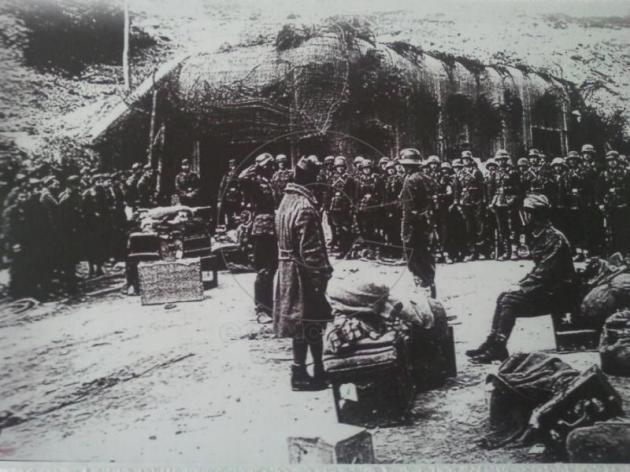 Немецкие солдаты в захваченном форте.