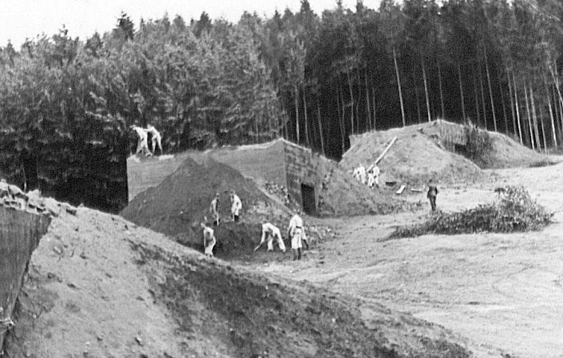 Маскировка бункеров землей. 1938 г.