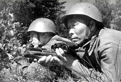 Снайперы С.Номоконов и П.Демешев на огневой позиции. Северо-Западный фронт. Август 1942 г.