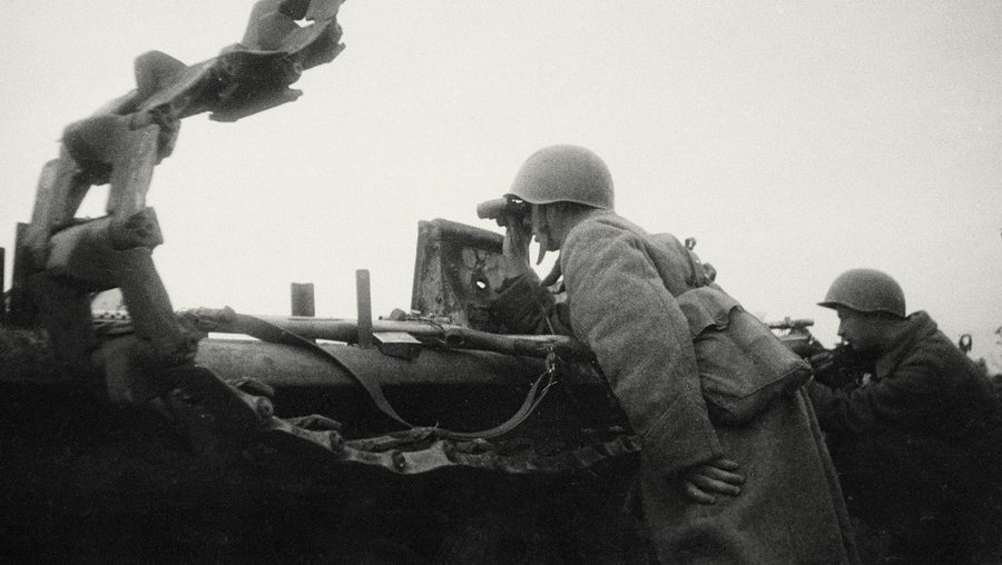 Снайперы Федор Пехов и Владимир Михеев на огневой позиции у подбитого тягача.