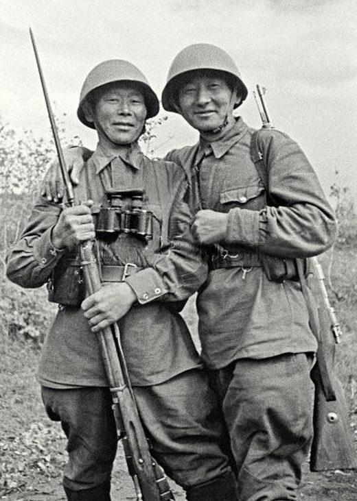 Снайперы С.Номоконов и Т. Санжиев. 1942 г.