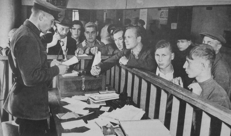 Запись добровольцев в Красную армию в Октябрьском райвоенкомате. 23 июня 1941 г.