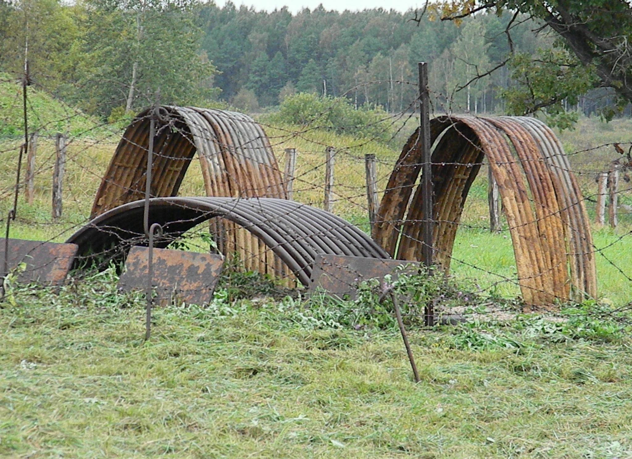 Металлические арки для создания траншейных убежищ.