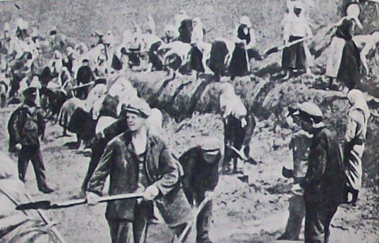 Киевляне на строительстве оборонных рубежей вокруг города. Август 1941 г.