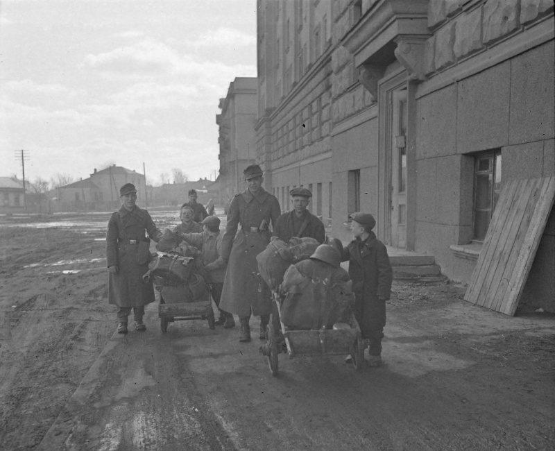 Подростки на заработках. 1942 г.