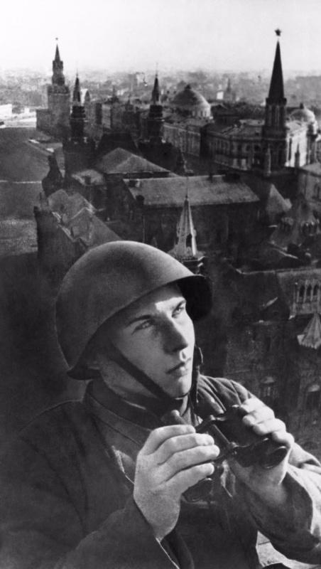 Воздушный наблюдатель на крыше гостиницы «Москва». Осень, 1941 г.