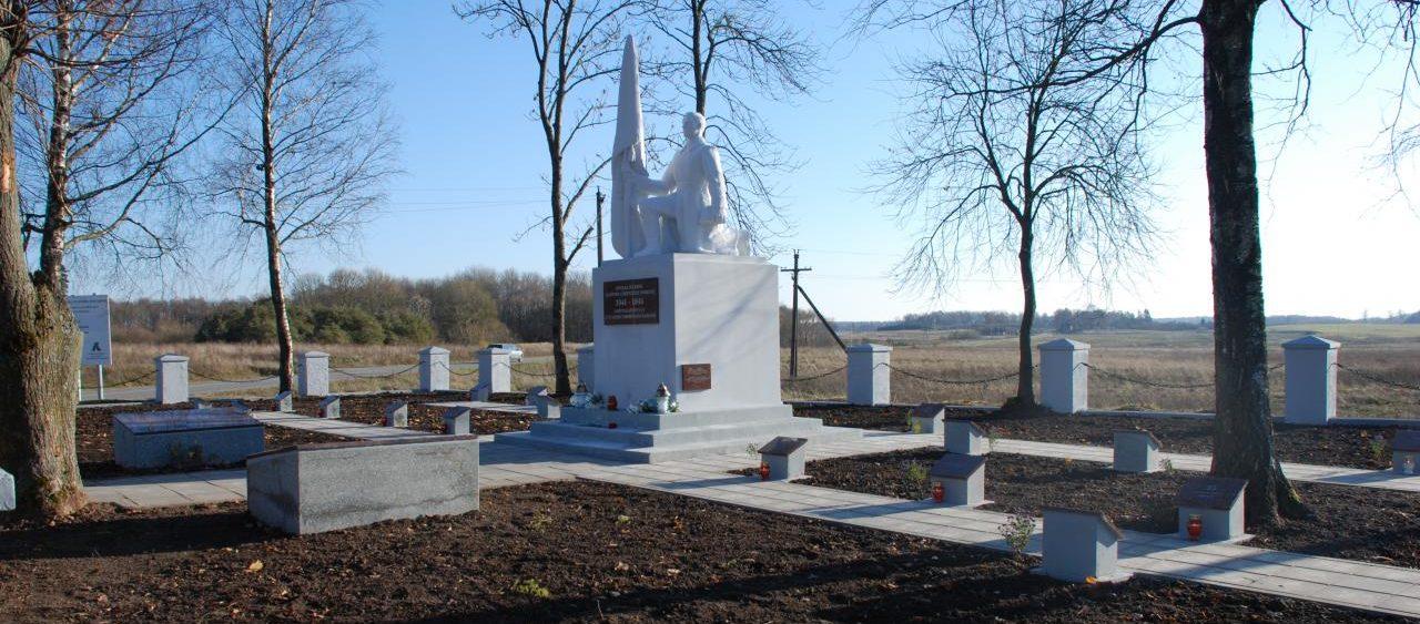 п. Майшягала Вильнюсского р-на. Памятник на воинском кладбище, где захоронены 330 воинов, в т.ч. 217 неизвестных, 5-й армии, которые погибли под Майшягалой, отражая контратаки противника.