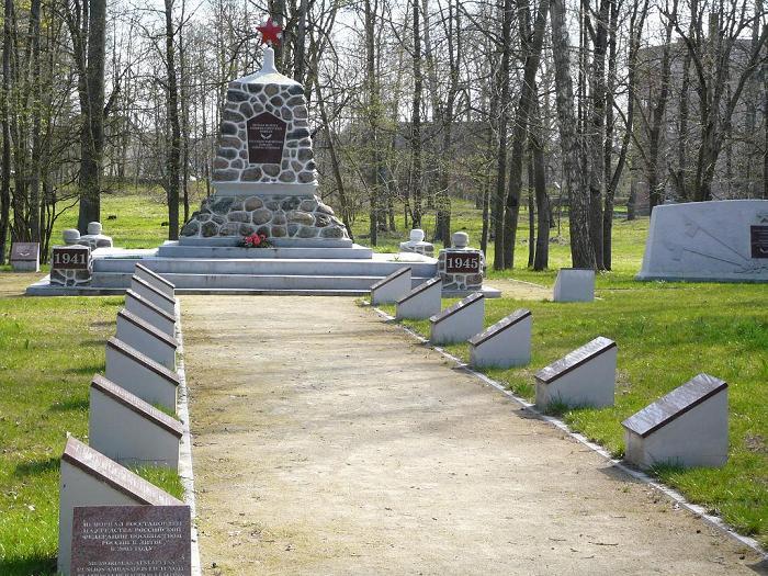 Памятник и братские могилы.
