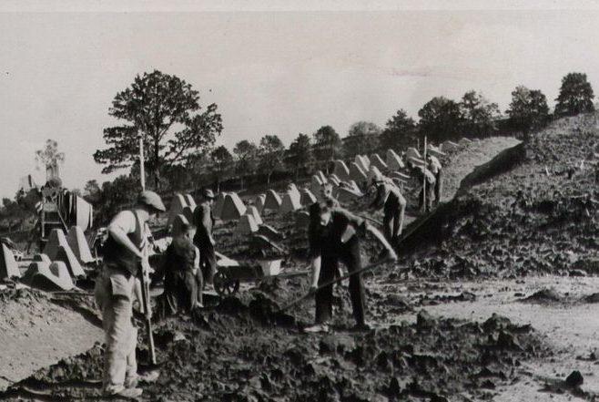 Строительство противотанкового заграждения «зубы дракона». 1938 г.
