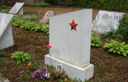 Надгробный памятник на могиле лётчиков.