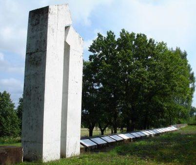 Памятник и мемориальные плиты на верхней террасе кладбища.