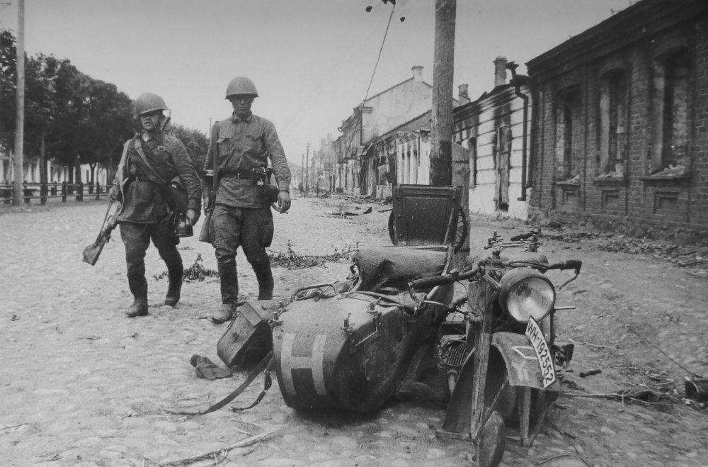 Разбитый мотоцикл Цундапп К-800 в г. Сольцы Ленинградской области. 1941 г.
