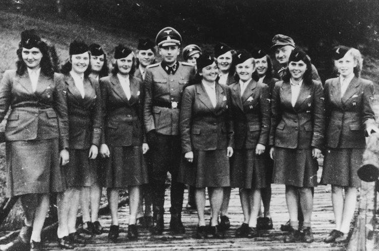 Официальные сотрудницы немецкого борделя в униформе. 1942 г.