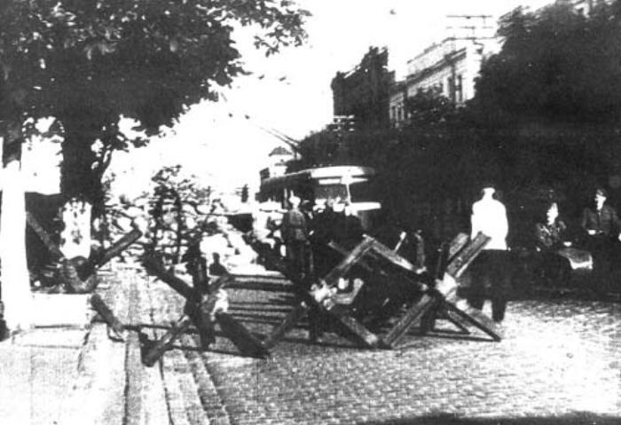 Заграждения на улице Ленина возле пересечения с улицей Лысенко. Август,1941 г.