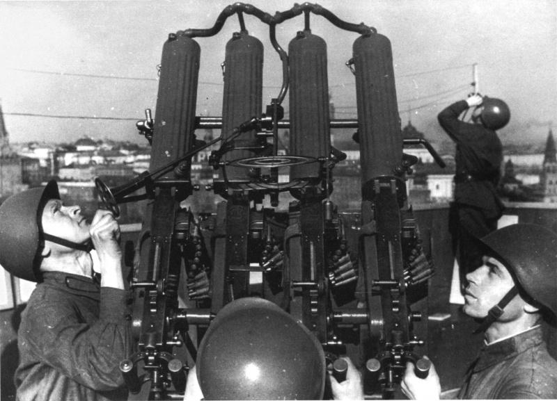 Расчет зенитной установки на крыше концертного зала им. Чайковского. Осень, 1941 г.