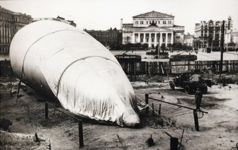 Газгольдеры для заправки аэростатов воздушного заграждения на Москворецком мосту. Осень, 1941 г.