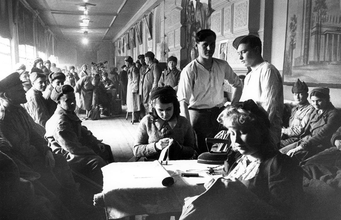 Пункт распределения раненых на Ярославском вокзале. Весна, 1943 г.