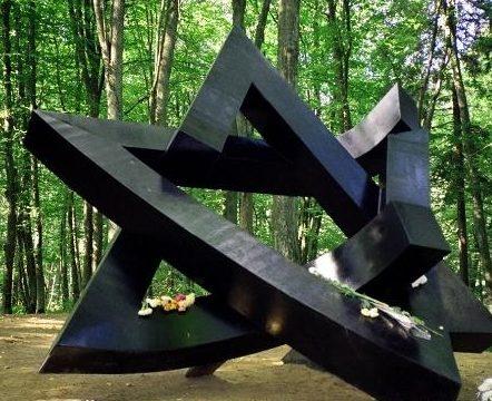 г. Алитус. Монумент «Боли» в память об убитых и захороненных здесь военнопленных, мирных жителях и евреях в алитуском лесу был установлен в 1993 году. По экспертным оценкам, в окрестных лесах погибло только около 20 тысяч евреев. Архитектор - Раса Василяускене, скульптор - Алоизас Смилингис.