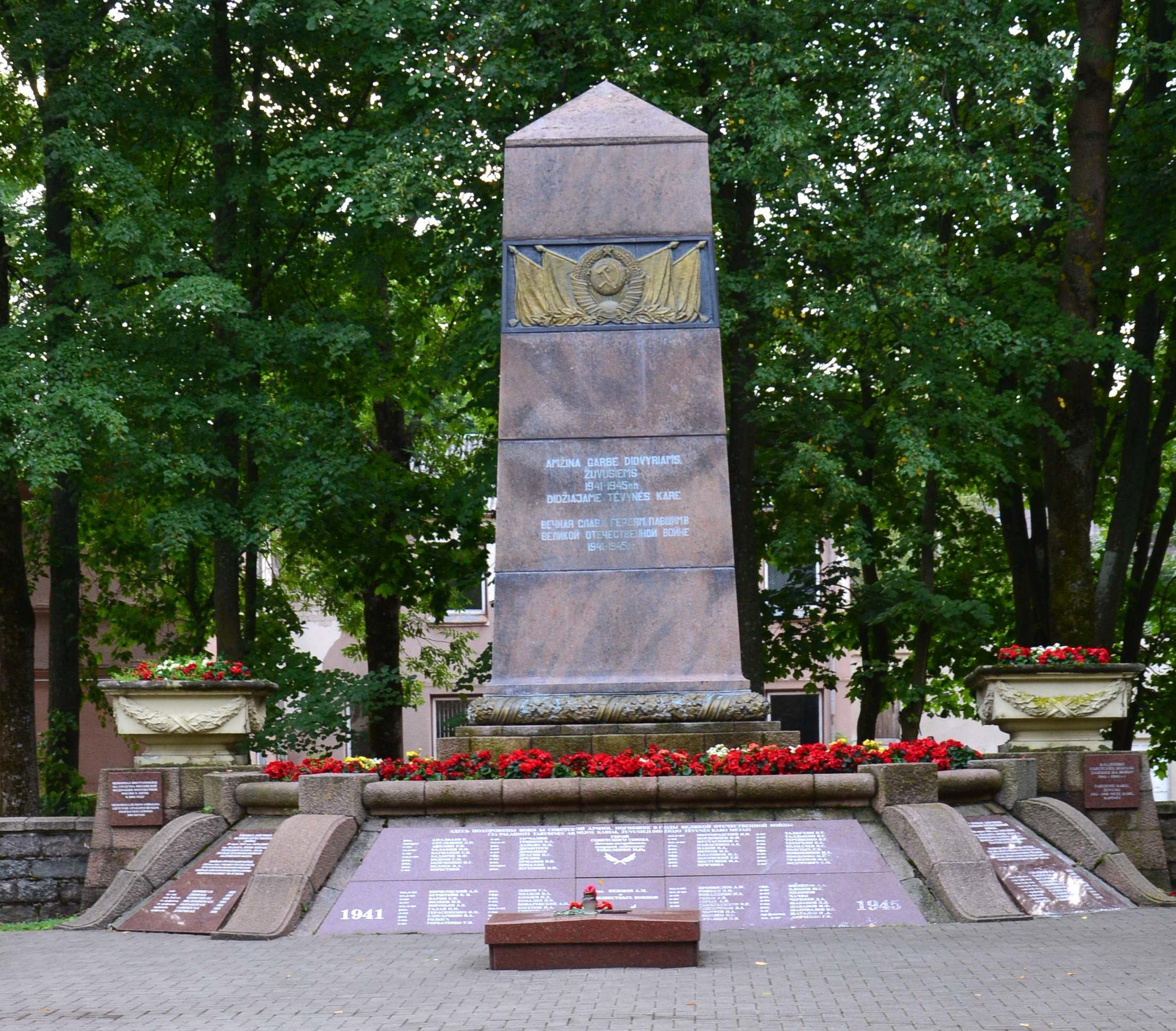 г. Паланга Клайпедского р-на. Памятник по улице Витауто, установлен на братской могиле, где похоронено 106 воинов, погибших в 1944 году, в т.ч. 7 неизвестных. Здесь похоронен Герой Советского Союза летчик М. Тоболенко.