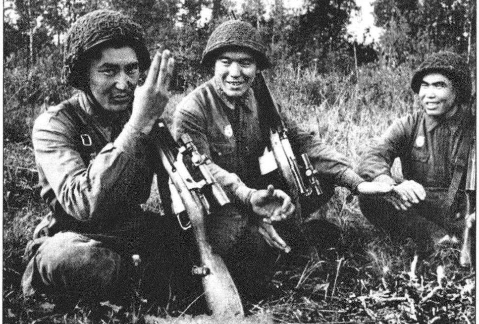 Снайпер Абдыбеков Тулеугали Насырханович (посредине) среди снайперов. 1942 г.
