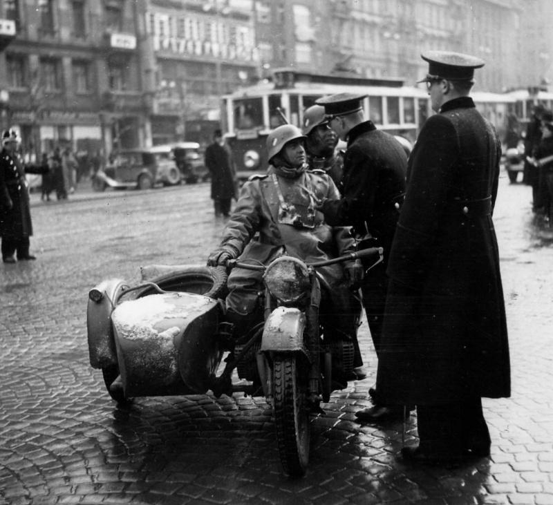Немецкая мотопехота в Праге. 1938 г.
