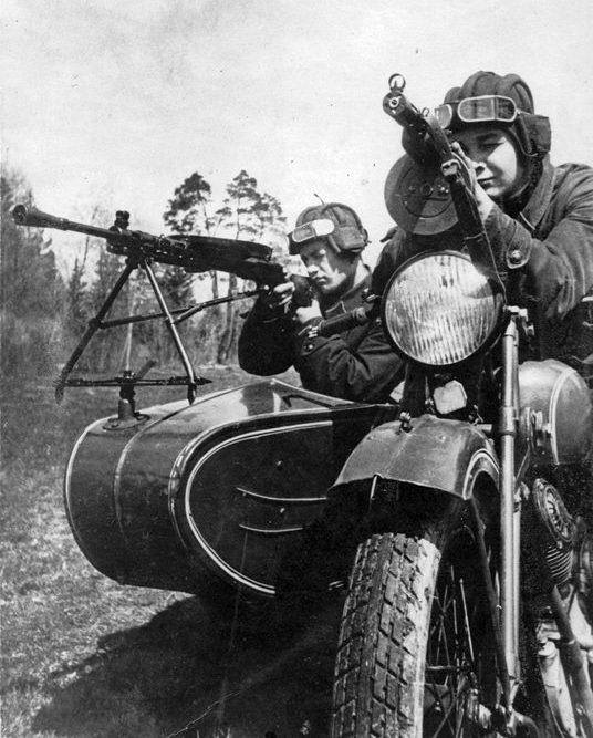 Красноармейцы на мотоцикле ТИЗ АМ-600. 1941 г.