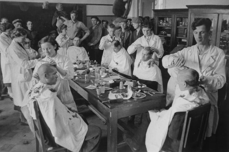 Стрижка новобранцев в парикмахерской Киевского мобилизационного пункта. Июнь, 1941 г.