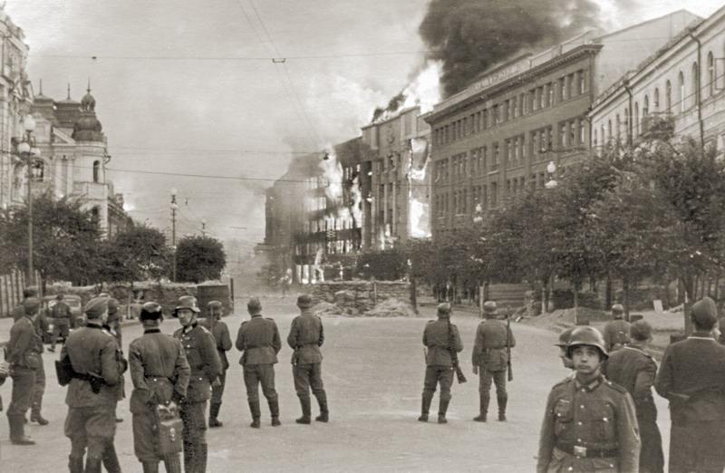 Оцепление района пожара. Объятые огнем дома на Прорезной. 24 сентября 1941 г.