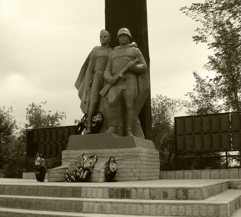 г. Новоалтайск. Памятник погибшим воинам в Великой Отечественной войне по улице Гагарина представляет собой скульптуры двух солдат, выполненных из бронзы. Близлежащая территория выложена плиткой, что придает памятнику значимости.