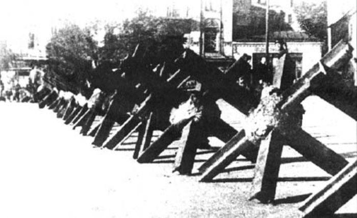 Противотанковые ежи на пересечении бульвара Шевченко с улицами Саксаганского и Дмитриевской. Август 1941 г.