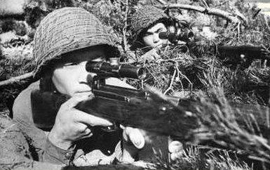Гвардии старший сержант Т. Абдыбеков на позиции с напарником. 1942 г.