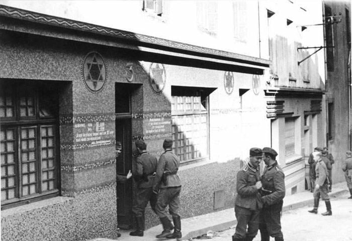Бордель для немецких солдат в здании бывшей синагоги. Франция. 1940 г.