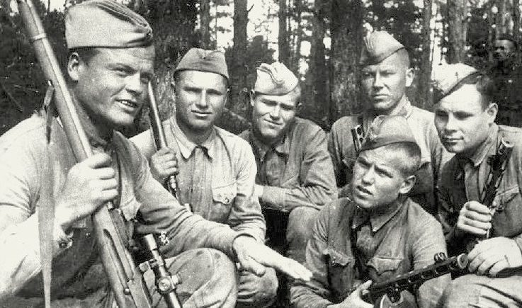 Снайпер Тимофей Попов (слева) с товарищами.