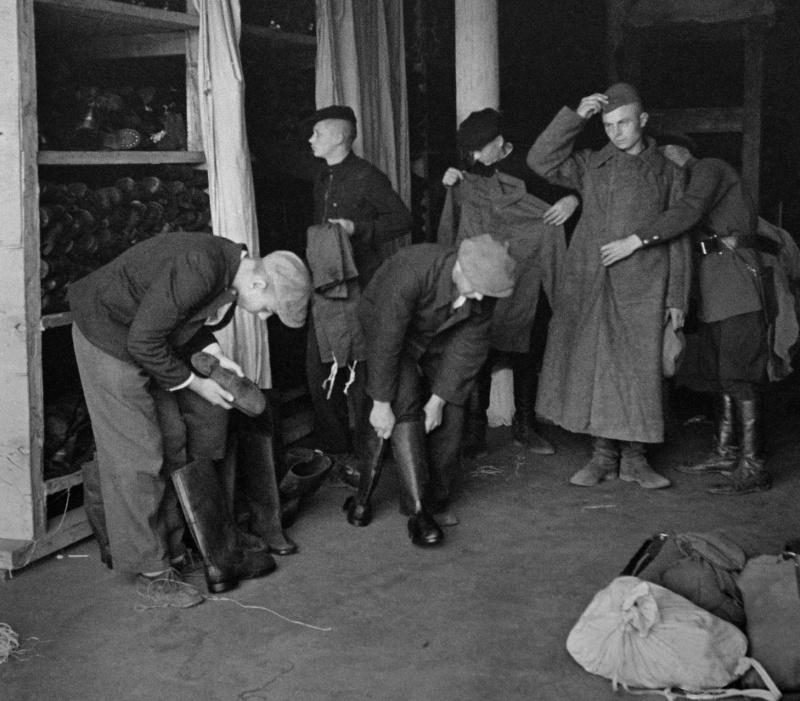 Новобранцы получают униформу. 24 июня 1941 г.