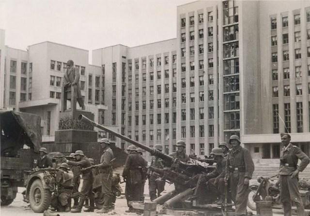 Немецкие вояки перед Домом Правительства. Июнь, 1941 г.