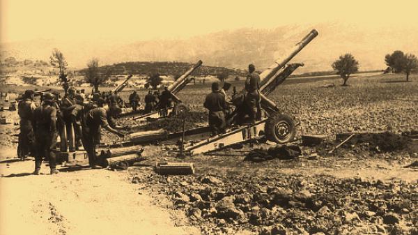 Обстрел крепости из тяжелых орудий.