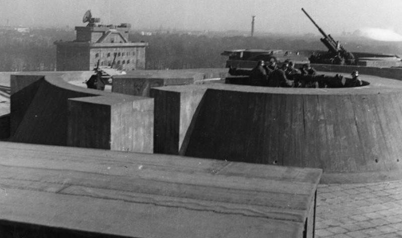 Позиция расчета дальномера и зенитного орудия на боевой башне. На заднем плане видна башня управления с радаром «Würzburg».