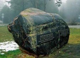 г. Алитус. Памятный камень «Нормандия-Неман» был установлен в 1981 г. и посвящен памяти французской эскадрильи «Нормандия-Неман». Летом 1944 года французский полк базировался на Алитусском аэродроме, из которого лётчики Франции на русских истребителях сражались в воздушных боях.